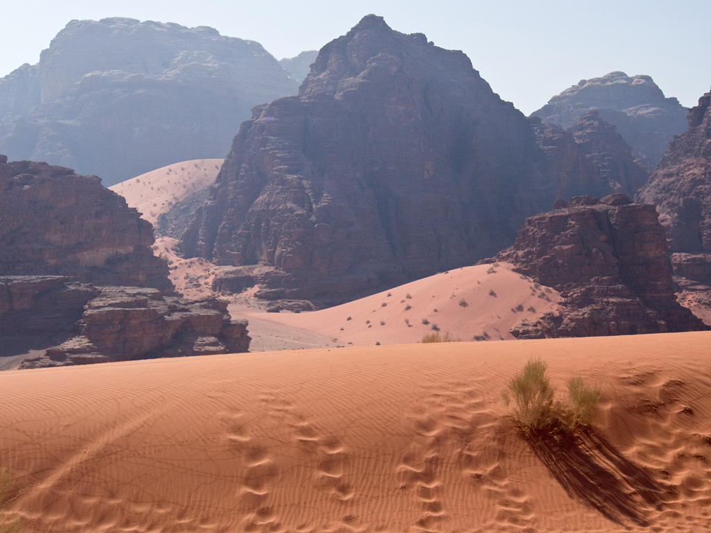 04_Wadi-Rum,-Duenen-mit-Spuren-und-Felsen