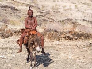 52_Reitende-Himba-Frau
