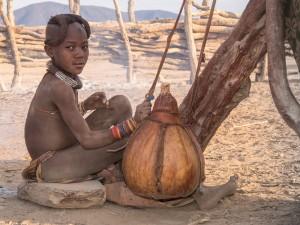 55_Himba-Maedchen-beim-Buttern
